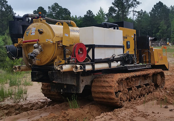 Track vacuum/hydro excavating truck